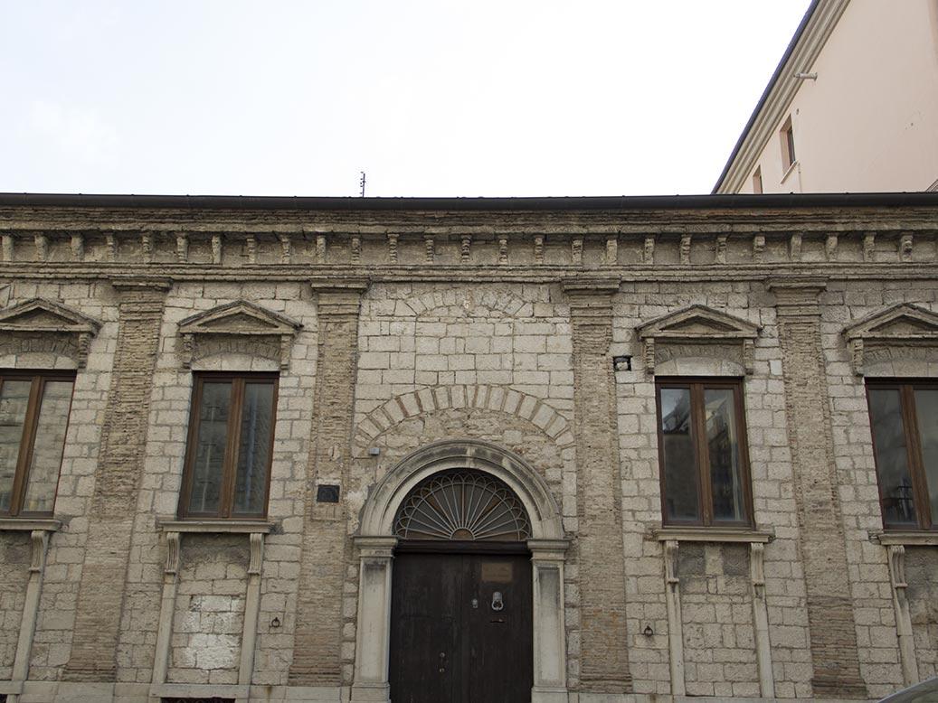 Palazzo marsico - Finestre a bocca di lupo ...